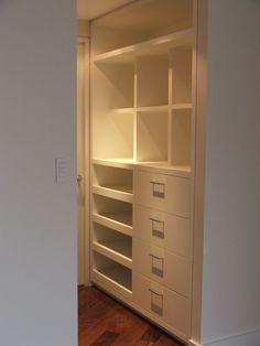Closet laca blanco, piso madera Chechen.