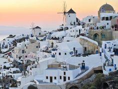 34 - EUROPA 7 - Santorini, Grecia, La glamorosa Santorini es deliciosamente única. Las populares playas volcánicas de Perissa y Kamari son algunas de las principales atracciones, al igual que la más famosa Playa Roja cerca de Akrotiri (que es donde hay que ir para ver restos arqueológicos). Santorini se extiende alrededor de una enorme laguna en las islas Cícladas, ofreciendo alucinantes paisajes de postal.