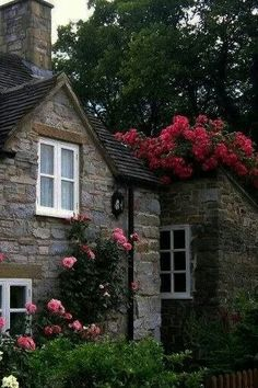 Cottage gardens – the charming beauty of English country gardens Garden Cottage, Rose Cottage, Cottage Style, Home And Garden, Backyard Cottage, Easy Garden, Manor Garden, Stone Cottages, Cabins And Cottages