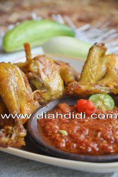Diah Didi's Kitchen: Ayam Goreng Kunyit Plus Sambal Dadak Chicken And Beef Recipe, Chicken Mushroom Recipes, Chicken Recipes, Asian Recipes, Beef Recipes, Cooking Recipes, Healthy Recipes, Sambal Recipe, Diah Didi Kitchen