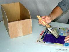 Suivez la fiche créative de l'Atelier Chez Soi pour réaliser des casiers de rangement en carton de récupération, grâce à ce tutoriel gratuit. Variez les dimensions pour réaliser des casiers adaptés à vos étagères afin d'optimiser l'espace. Ces casier sont réalisés avec du carton ondulé de récupération, et décoré avec des chutes de papier népalais de couleur. Ce projet créatif est idéal pour prendre conscience du potentiel créatif du carton ondulé . Niveau : cette fiche est adapté...