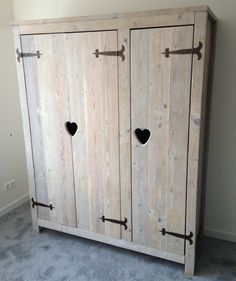 Steigerhouten driedeurs kast met lieve hartjes, ook met andere figuren mogelijk. Erg leuk voor op de kinderkamer! Wood Pallet Furniture, Recycled Furniture, Diy Furniture, Wardrobe Doors, Wardrobe Closet, Handmade Bedroom Furniture, Barn Wood Cabinets, French Style Homes, Cubby Houses