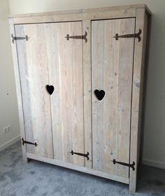 Steigerhouten driedeurs kast met lieve hartjes, ook met andere figuren mogelijk. Erg leuk voor op de kinderkamer!