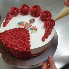 Cake Icing Tips, Cake Decorating Frosting, Cake Decorating Designs, Cake Decorating For Beginners, Creative Cake Decorating, Cake Decorating Videos, Cake Decorating Techniques, Red Birthday Cakes, Easy Birthday Cake Recipes