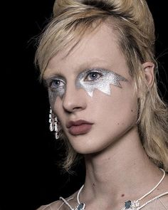 The platinum eye makeup continued this season's call for a playful, personal beauty statement. Make up artist Pat McGrath. Glam Rock Makeup, Punk Makeup, Silver Eye Makeup, 70s Makeup, Runway Makeup, Glitter Makeup, Makeup Inspo, Makeup Inspiration, Beauty Makeup