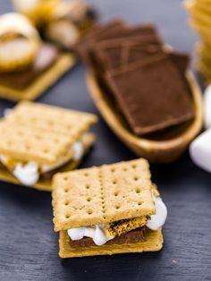 S'mores sind vor allem in den USA sehr beliebt und werden als Dessert oder im Sommer draußen am Lagerfeuer gegessen. Auch mit dem Raclette könnt ihr sie ganz einfach herstellen. Ihr braucht nur Butterkekse, dunkle Schokolade und Marshmallows. Zunächst einen Butterkeks ins Pfännchen legen, dann folgen Schokolade und Marshmallows. Ein weiterer Butterkeks kommt oben drauf und im Raclette-Gerät backen, bis die Marshmallows und die Schokolade zerlaufen sind. Ruck zuck zum Raclette Dessert - so…