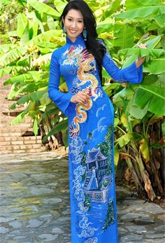Having so much fun today, so many people, especially so many girls wearing ao dai :D / http://aodaihoanguyen.com/ao-dai/ao-dai-truyen-thong/chi-tiet/457-ao-dai-truyen-thong-tt072#