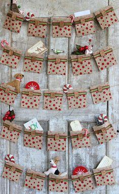 Original calendario adviento realizado con tela a modo de pequeñas bolsitas decoradas.