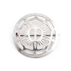 Deze antieke zilveren broche met kruis vind je in de collectie antieke en vintage sieraden van Aurora Patina!