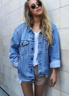 Cute wardrobe essentials for any uni student. Cute outfit ideas and inspiration to wear during university whether you're going to class or to a party! Looks Total Jeans, Looks Jeans, Jean Jacket Styles, Jean Jacket Outfits, Denim Jacket Outfit Oversized, Street Style Outfits, Casual Outfits, Jumpsuit Denim, Only Shorts