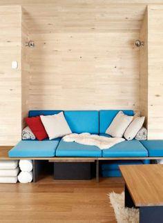 SLAPPER AV: Sittebenkene, putene og bordene har arkitekten tegnet selv. Bordene er i eik og stolbeina i svarte MDF-plater. Flere av de små avlastningsbordene kan skyves under sittebenken.