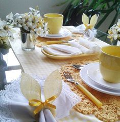 Bom dia de Páscoa! Esse será o tema da Páscoa esse ano aqui em casa, faremos uma mesa de café da manhã com bolachinhas, ovinhos, cup cake e alguns objetos de decoração, nada muito sofisticado, mas esse ano pensei em fazer algo para nossa família, não enfatizar tanto a brincadeira dos ovos com a Rafa, ela já está sentando à mesa conosco em algumas refeições, está em uma fase que gosta de estar conosco seja para tomar um simples suco, por isso a ideia de fazer a mesa de café. Easter Table, Easter Eggs, Easter Wreaths, Spring Crafts, Craft Gifts, Decor Crafts, Tablescapes, Napkins, Table Settings