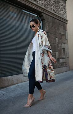 Kimono Fashion Trend For Spring/Summer Here Are Some Of The Best Ones - Outfits & Ideas Floral Kimono Outfits: Karla is wearing a vintage silk floral kimono Floral Kimono Outfit, Style Kimono, Mode Kimono, Kimono Fashion, Kimono Coat, Long Kimono Cardigan, Silk Coat, Floral Jacket, Look Fashion