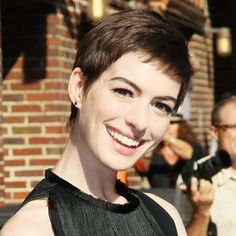 Anne Hathaway had to cut her hair for her new movie but she loves it and says it gives you a sense of freedom! Really Short Hair, Super Short Hair, Super Hair, Fringe Hairstyles, Hairstyles With Bangs, Summer Hairstyles, Short Hair With Bangs, Short Hair Cuts For Women, Short Hair Styles