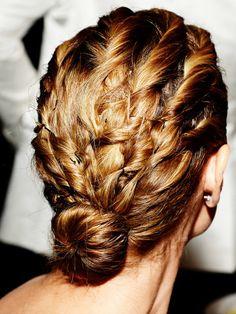 Gedrehtes DeckhaarFür diese coole Frisur von Model-Mamma Heidi Klum braucht ihr mehrere Haarnadeln und ein wenig Geduld. Kämmt als erstes die Haare Richtung Nacken. Dann trennt mit den Fingern am Stirnbereich eine kleine Strähne ab, und dreht sie ein Stück ein. Nach etwa fünf Zentimetern steckt ihr sie mit einer Haarnadel fest, dreht sie aber Stückenweise weiter nach hinten und steckt wieder alle paar Zentimeter eine Haarnadel ins Haar. Seid ihr am Nacken angek...