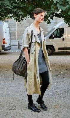 オーバーサイズなトレンチも袖をまくって着るだけでこんなに軽い印象に。