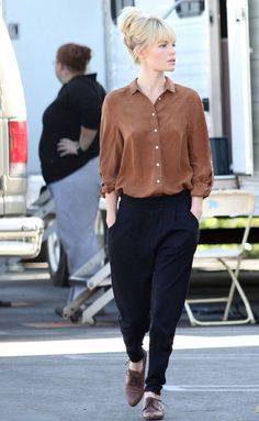 Kate Bosworth: 'BFF' Break in Brown!: Photo Kate Bosworth takes a break from filming her new comedy BFF & Baby while wearing a brown button-down shirt on Tuesday (November in Los Angeles. Basic Style, Style Me, Kate Bosworth Style, Estilo Tomboy, Deneuve, Look Retro, Mein Style, Black Pants, Ideias Fashion