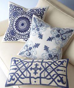 Almofadas com padronagem inspiradas nos azulejos portugueses.