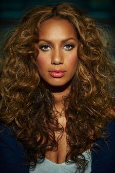 Leona Lewis e esse cabelo sensacional.