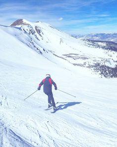 Kotona pari kilometriä alempana oli viikonloppuna hellettä mutta vuorilla silti riitti lunta - sohjoisempaa kuin normaalisti tähän aikaan vuodesta. Näyttäisi olevan käynnissä vähälumisin ja lämpimin hiihtokausi vuosiin eikä uuden presidentin poliittinen agenda yhtään auta hiihtokeskuksia. #ProtectOurWinters #POWfinland (via Instagram)