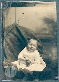 Dziecko na kanapie; autor nieznany; Stany Zjednoczone; 1876-1900; Utwór w domenie publicznej.