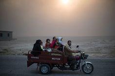 Una famiglia torna a casa nel villaggio di Qayyara a sud di Mosul liberato dall'esercito iracheno. Felipe Dana, Ap-Ansa