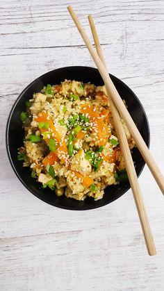 Ryż z orzechowym tofu to rewelacyjna mieszanka smaków. Orzechowe tofu świetnie się komponuje z pozostałymi składnikami, tworząc niesamowity obiad.