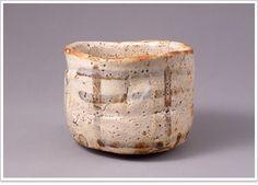 志野茶碗 銘卯花墻 日本で焼かれた茶碗で国宝に指定されているのは、本阿弥光悦の白楽茶碗(銘不二山)と、この卯花墻の2碗のみである。美濃の牟田洞窯で焼かれたもので、歪んだ器形・奔放な篦削り・釉下の鉄絵などは織部好みに通じる作行きといえる。もと江戸の冬木家にあり、明治20年代中頃に室町三井家の高保の有に帰した。