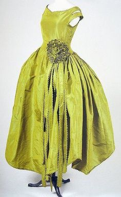 Robe de Style Marjolaine Jeanne Lanvin: 1920 taffetas changeant used to create an off-the-shoulder-drop-waist full-skirted silhouette. Jeanne Lanvin, 20s Fashion, Fashion History, Vintage Fashion, Fashion Editor, Edwardian Fashion, Gothic Fashion, Vintage Outfits, Vintage Gowns