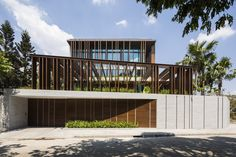 Louvers in Thảo Điền, designed by MIA Design Studio. Project name: Louvers House Architecture firm: Completion year: 2018 Photography: Hiroyuki Oki   Modern Tropical, Tropical Houses, Contemporary Interior Design, Decor Interior Design, Design Studio, House Design, Scandinavian Interior Living Room, Scandinavian Modern, Modern Decorative Objects