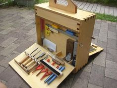 Homemade woodworker's tote constructed from plywood utilizing mitered joinery. Tool Box Diy, Wood Tool Box, Wooden Tool Boxes, Wood Tools, Diy Tools, Tool Tote, Shed Kits, Workshop Organization, Homemade Tools