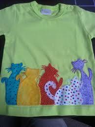 camiseta con gatos aplicados