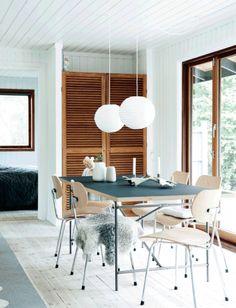 Spisebord og spisestole er af Egon Eiermanns fra Please Wait To Be Seated. Bordpladen af linoleum er skovgrøn