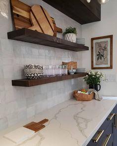 Floating Shelves Kitchen, Kitchen Shelves, Kitchen Cabinets, Kitchen Tiles, Kitchenette, New Kitchen, Kitchen Decor, Decorating Kitchen, Decorating Ideas