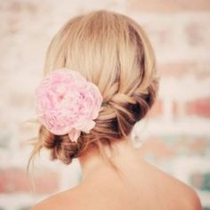 17 lovely, tousled hairstyles perfect for your warm-weather celebration. Image via We Heart It.