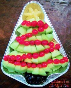 Christmas Fruit tray - use tree pan with green grapes and strawberries as well as pineapple & mandarin oranges as the star. This could also be veggie style with cucumbers or broccoli, tomatoes, and carrots. Maybe have a dip in the 'trunk' of the tree. Fruit Christmas Tree, Christmas Party Food, Xmas Food, Christmas Appetizers, Christmas Treats, Christmas Baking, Homemade Christmas, Holiday Tree, Holiday Parties