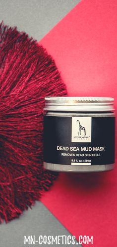 The Mother Nature mud base mask with silt extract, white clay, shea butter and calendula gently frees your skin from dead skin particles and helps to regulate sebum production. Anti Aging, Totes Meer, Dead Sea Mud, White Clay, Perfect Christmas Gifts, Calendula, Dead Skin, Shea Butter, Mother Nature