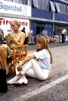 """Genevieve Page and Françoise Hardy on set for """"Grand Prix"""" 70s Fashion, Vintage Fashion, Fashion Trends, Françoise Hardy, Madame, First Ladies, Sport Cars, Grand Prix, Lady"""