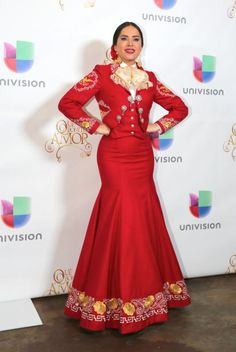 I love this mariachi traje, and her red lipstick❤️
