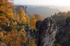 Blick von Bastelbrücke auf Felsenpanorama im herbstlichen Elbsandsteingebirge.