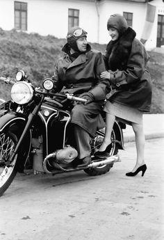 5Bukarest.Motorrad, Mädchen steigt auf Soziussitz