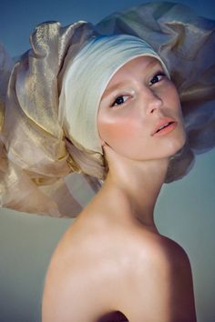Beautiful makeup by Hung Vanngo with soft peach on the cheeks and lips. I love the way the eyes and cheekbones are highlighted. The look is really fresh and youthful, the headdress reminds me of a Vermeer painting.
