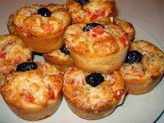 Des muffins aux faux airs de pizza composés des ingrédients de base d'une pizza classique: tomate, jambon et fromage, sans oublier l'origan et l'olive noire !  C'est facile et rapide à faire et on peut les