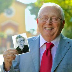 Antonio Della Gatta segurando um foto dele quando era um jovem padre