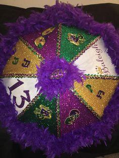 Mardi Gras theme second line umbrella - Lecker. Mardi Gras Wreath, Mardi Gras Beads, Mardi Gras Party, Mardi Gras Centerpieces, Mardi Gras Decorations, Umbrella Decorations, Mardi Gras Outfits, Mardi Gras Costumes, Karneval Outfits