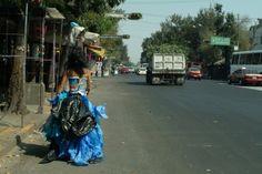 Moda de reciclaje. En esta fotografía captamos a una joven tepiteña con un vestido hecho con bolsas de plástico, donde podemos notar la creatividad y la utilidad que las personas de Tepito pueden darle a cualquier cosa.