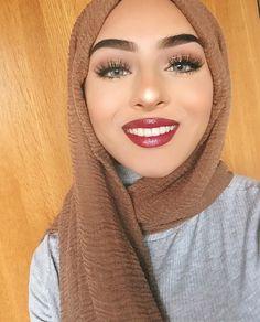 PINTEREST @adarkurdish Turban Hijab, Hijab Niqab, Modest Fashion, Hijab Fashion, Beautiful Eyes, Beautiful Women, Middle Eastern Makeup, Muslim Beauty, Star Beauty