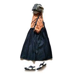 Si-Si-Siの遊び心が詰まったジャンパースカート今年ジワジワきてるアイテムのひとつですがジャンパースカートと言えばコレと言った誰しもが連想するカタチ細めの肩紐とボリューミーなスカート部分のバランスが絶妙な上にバックスタイルのU字がワークテイストのサスペンダーパンツを履いているような印象にも  素材は程よい柔らかさとハリ感を兼ね備えたデニムウエスト部分は紐で調節が可能また肩紐も取り外し可能なのでベーシックなギャザースカートとしてもお使いいただけます  ギャザースカートとトラベルシューズはウェブショップ掲載アイテムとなります