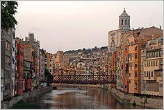 Girona: Hyggelig by med gode restauranter og bra butikker. Og veldig koselig sentrum. 50 minutter fra huset.