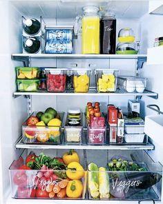 Home Office / Design / Organization Fridge organization tips. Organized Fridge, How To Organize Fridge, Organised Home, Food Storage Organization, Apartment Kitchen Organization, Pantry Organisation, Fruit Storage, Bookshelf Organization, Pantry Storage